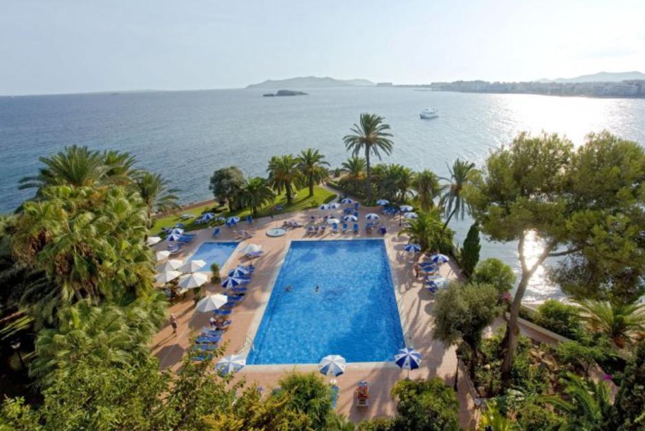 PacktoIbiza.com. Paquetes y ofertas de viaje a Ibiza. Hotel Los Molinos frente al mar.