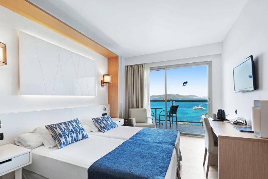 PacktoIbiza.com. Paquetes y ofertas de viaje a Ibiza. Habitación con Vistas al mar en el hotel Los M