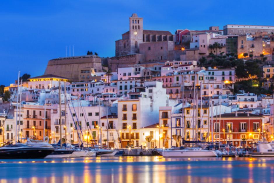 PacktoIbiza.com. Paquetes y ofertas de viaje a Ibiza. Pasea por el barrio de La Marina.