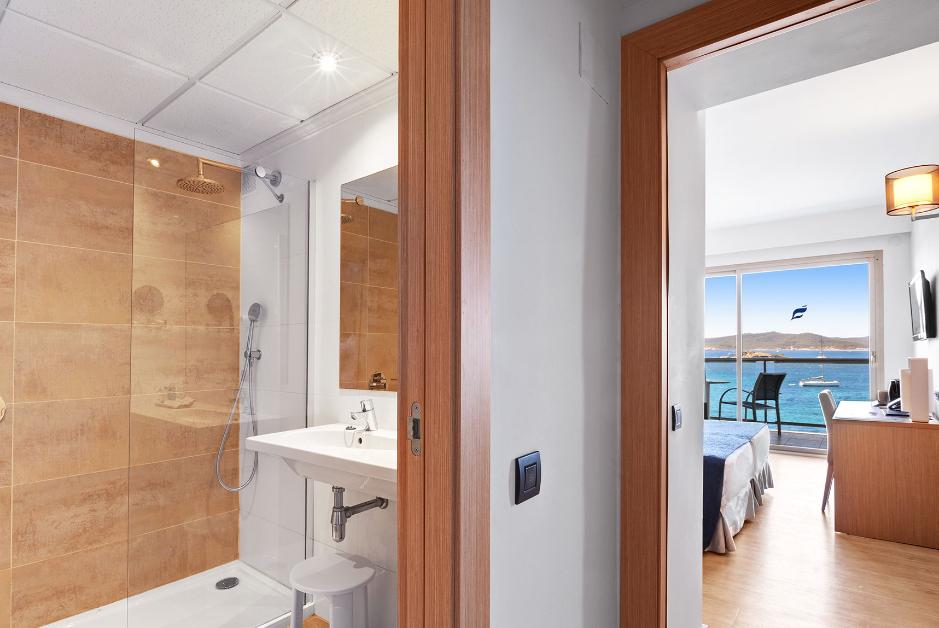 PacktoIbiza.com. Paquetes y ofertas de viaje a Ibiza. Hotel Los Molinos, habitaciones amplias frente