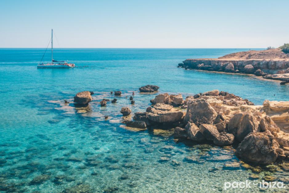 PacktoIbiza.com. Paquetes y ofertas de viaje a Ibiza. Aguas turquesa en las costas de Ibiza.