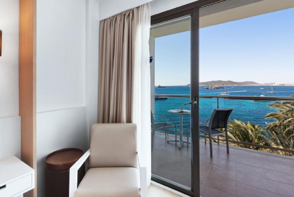 PacktoIbiza.com. Paquetes y ofertas de viaje a Ibiza. Terrazas con Vistas al mar en el Hotel Los Mol
