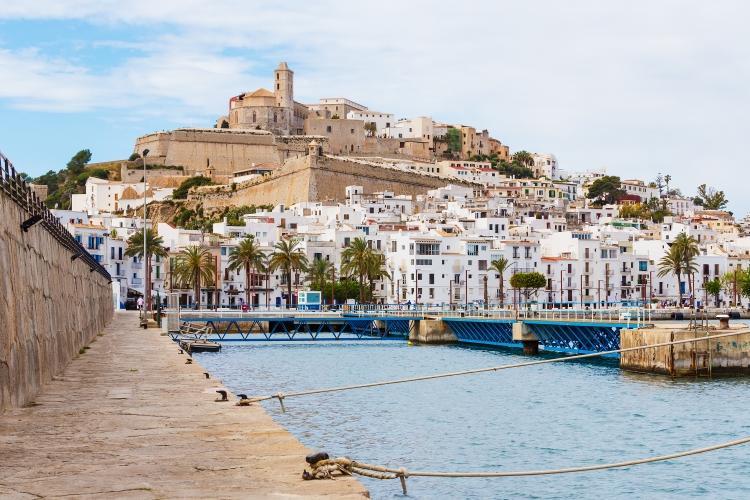PacktoIbiza.com Paquetes y ofertas de viaje a Ibiza. Barrio de La marina en el puerto de Ibiza
