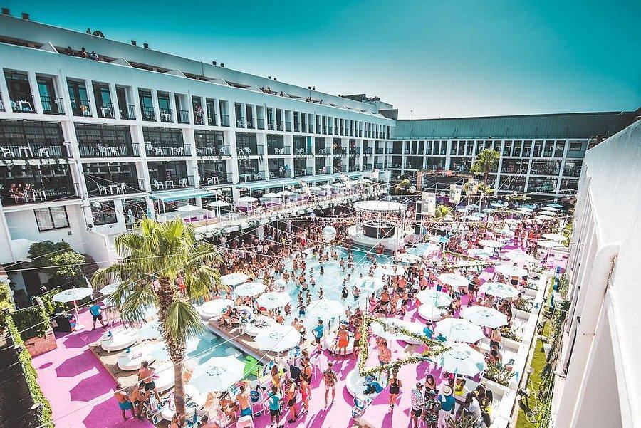 PacktoIbiza.com. Paquetes y ofertas de viaje a Ibiza. Bañate en la increible piscina del hotel ibiza