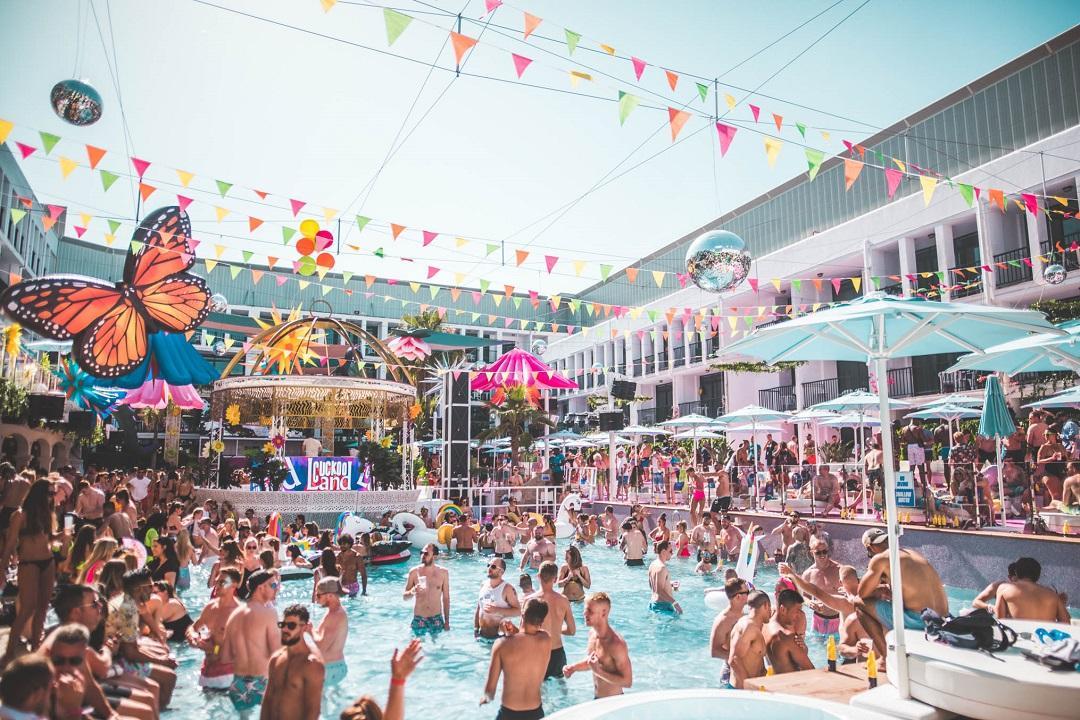 PacktoIbiza.com. Paquetes y ofertas de viaje a Ibiza. La fiesta en Ibiza esta en la piscina del hote