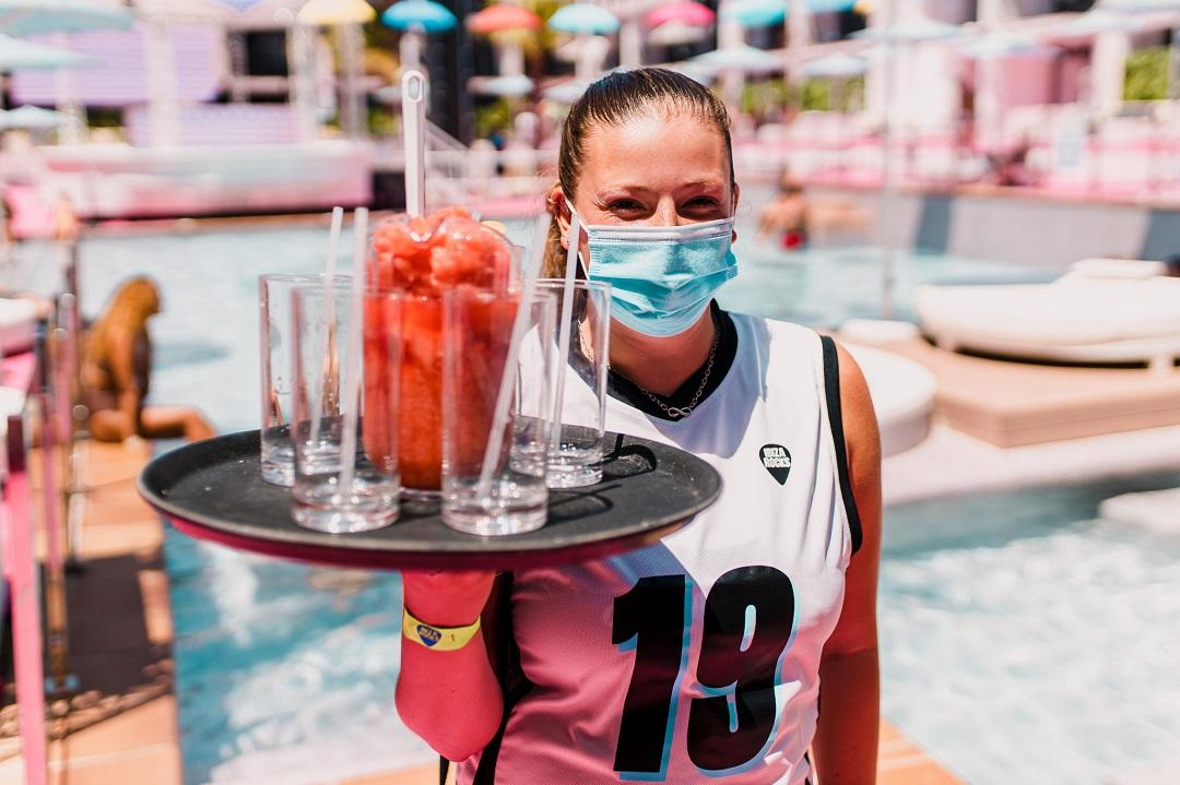 PacktoIbiza.com. Paquetes y ofertas de viaje a Ibiza. Pide las bebidas mas refrescantes en el Hotel
