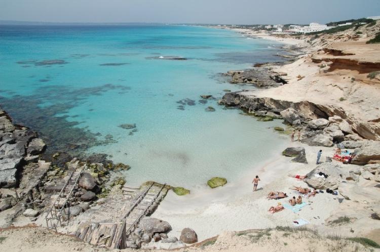PacktoIbiza.com. Paquetes y ofertas de viaje a Formentera. Calo des Mort un enclave espectacular en