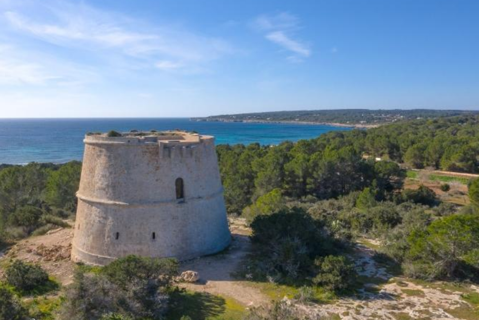 PacktoIbiza.com. Paquetes y ofertas de viaje a Formentera. Las torres de Vigilancia siempre son un p