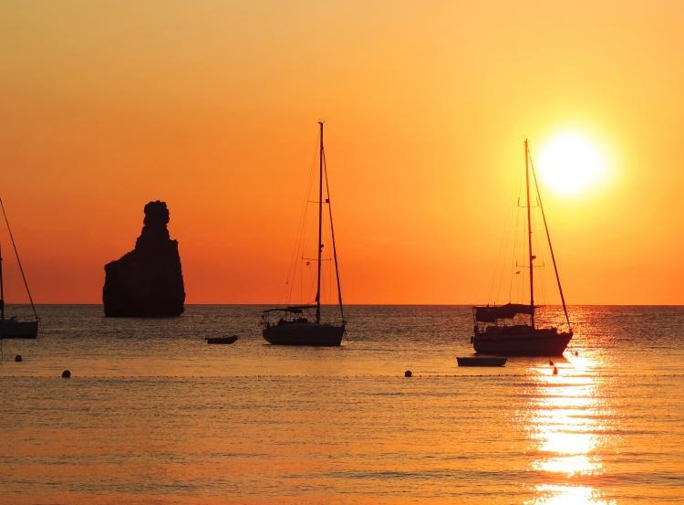 PacktoIbiza.com. Paquetes y ofertas de viaje a Ibiza. Maravillosa Playa de Benirrás.