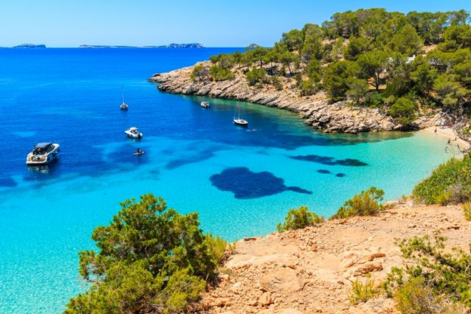 PacktoIbiza.com. Paquetes y ofertas de viaje a Ibiza. Cala Saladeta aguas turquesas en la Isla de Ib
