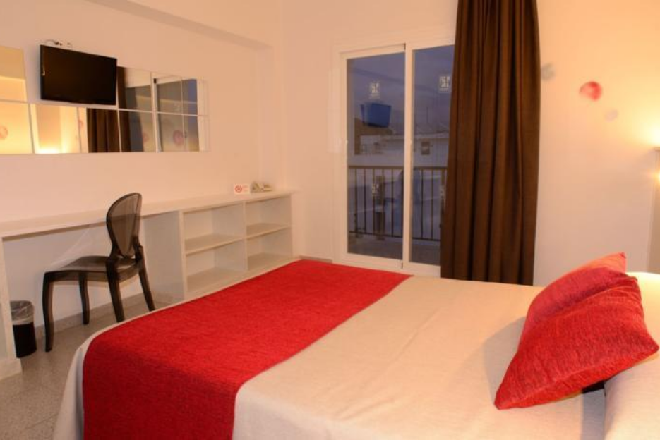 PacktoIbiza.com. Paquetes y ofertas de viaje a Ibiza. Habitación Hostal Tarba en la Isla de Ibiza.