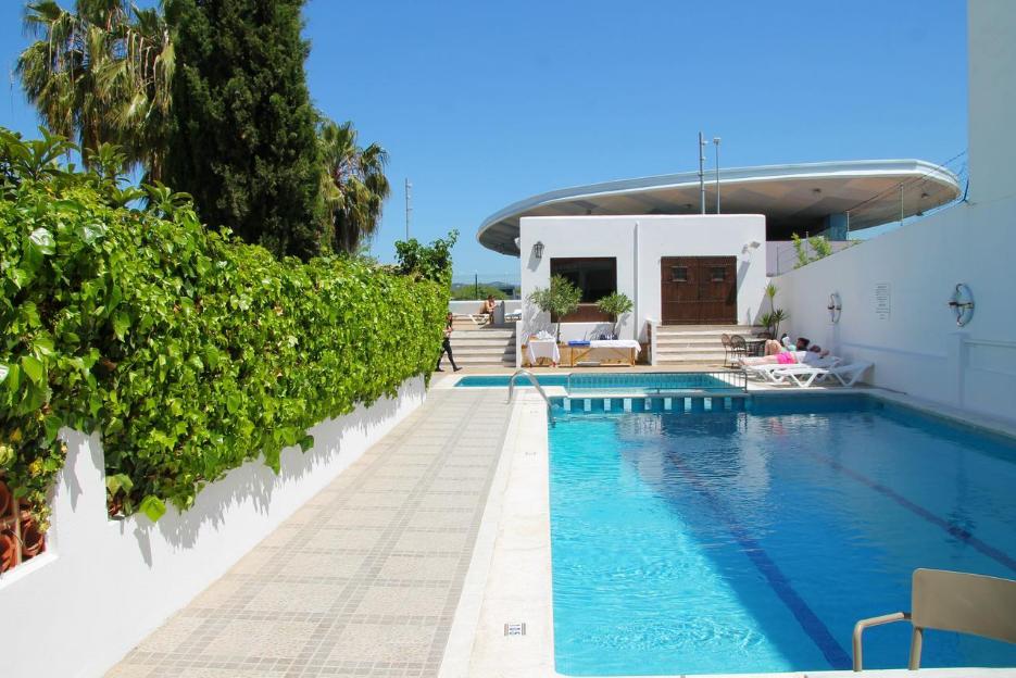 PacktoIbiza.com. Paquetes y ofertas de viaje a Ibiza. Piscina Hostal Tarba