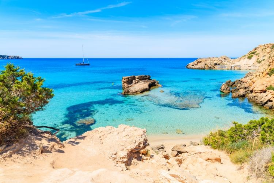 PacktoIbiza0.com. Paquetes y ofertas de viaje a Ibiza. Cala Tarida aguas turquesas en la Isla de Ibi