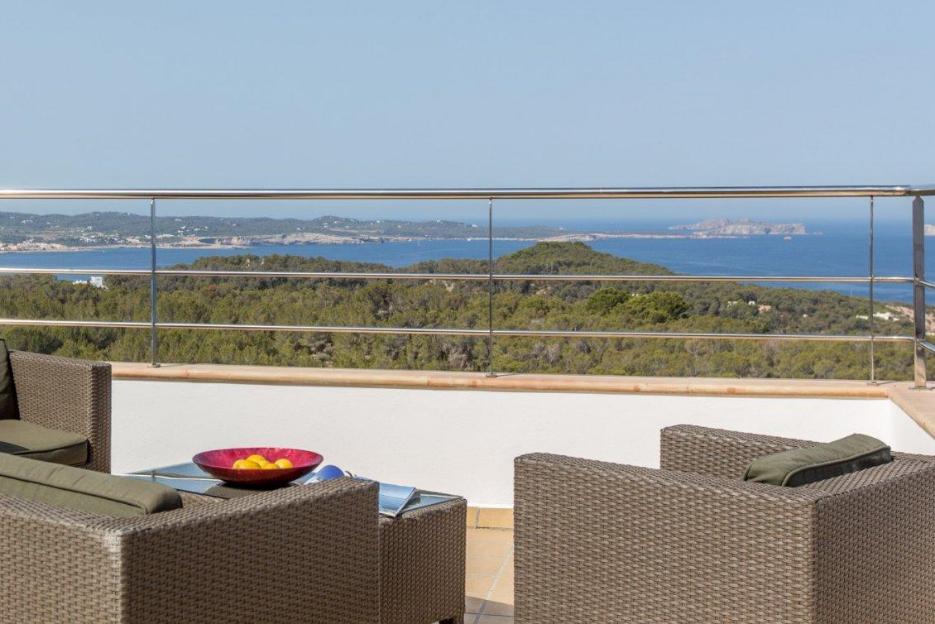 PacktoIbiza.com. Paquetes y ofertas de viaje a Ibiza. Vista panorámica villa en Ibiza